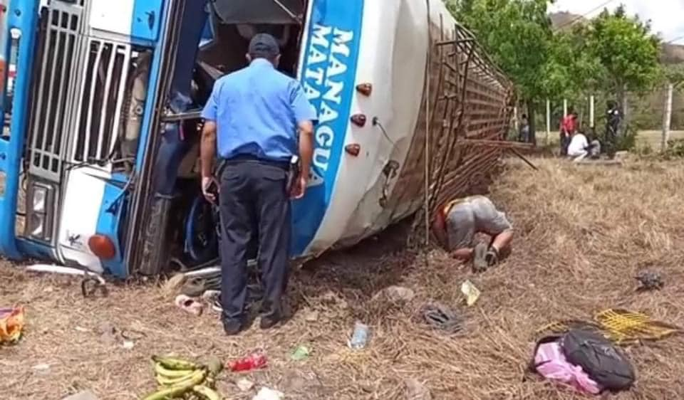 Reportan varios lesionados tras volcarse bus en carretera Matagalpa-Managua
