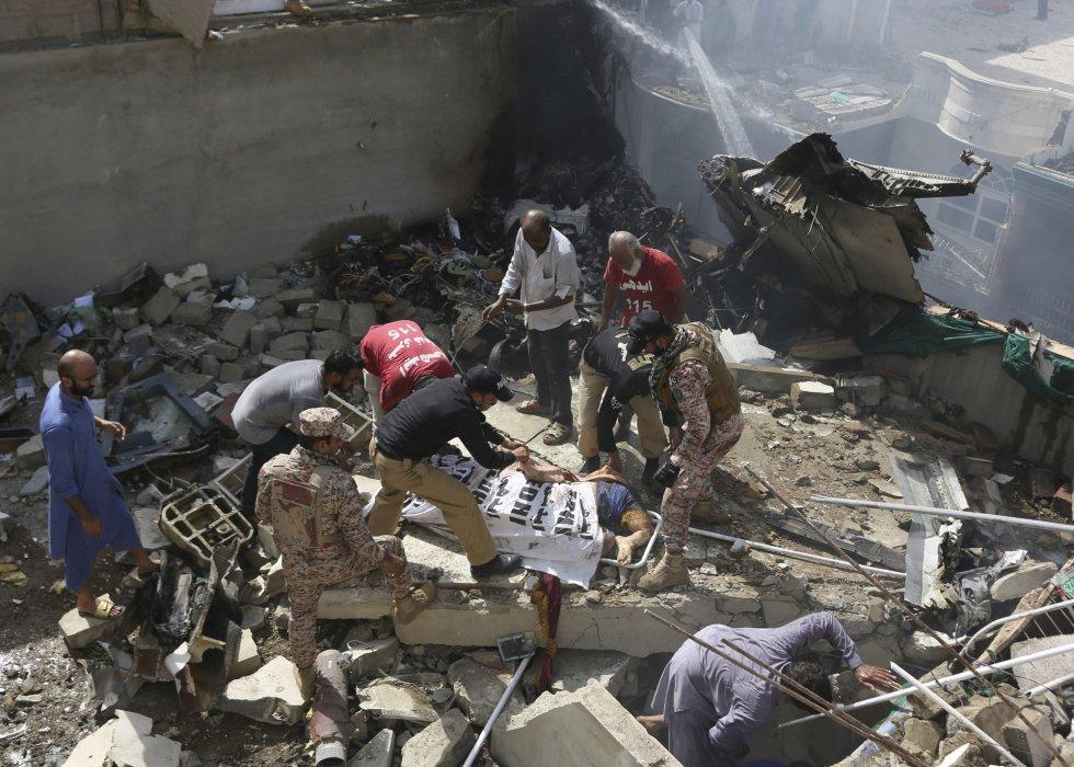 Se estrella avión con 107 personas en una zona residencial en Pakistán