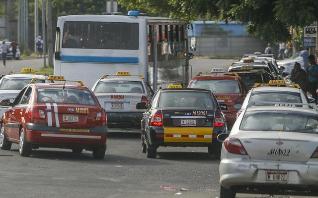 Taxistas recienten alzas de precio de combustibles