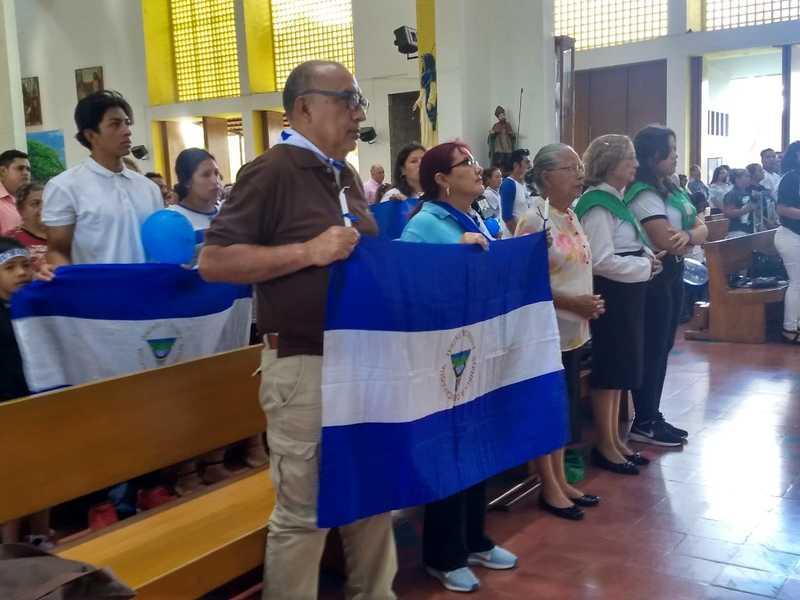 Vídeo - Madres de Abril y Familiares de Presos políticos realizan plantón en Catedral de Managua